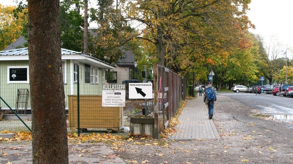 59c201a4a19 Tallinnas Nõmmel Raudtee tänaval sulges eraomanik tee perearstikeskuse  juurde. (Kristin Aasma)