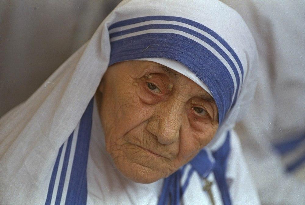 b46d7a9fbce Ema Teresa kolme triibuga ääristatud rüüst sai registreeritud kaubamärk    Õhtuleht