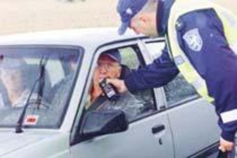 Alkomeetreid  kontrollib politsei