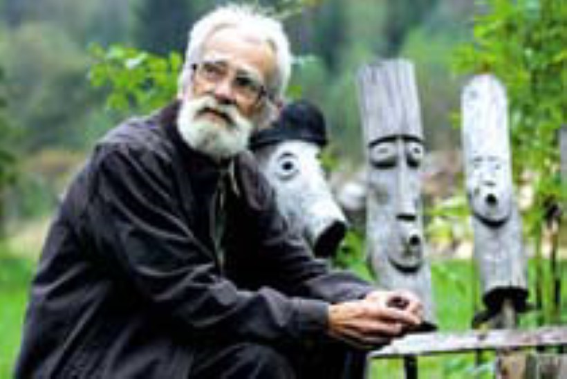 Edgar Valter kannab saagi metsast koju peas
