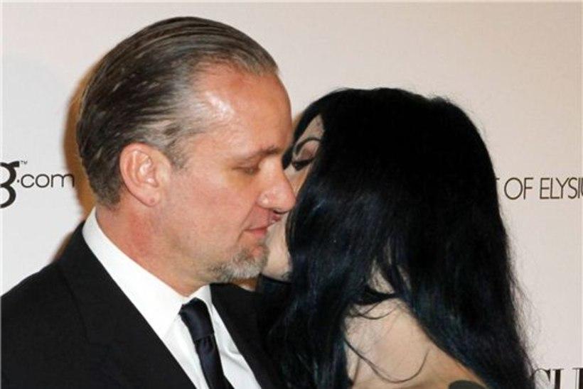 Bullocki eksmees abiellub tätoveeritud sekspommiga?