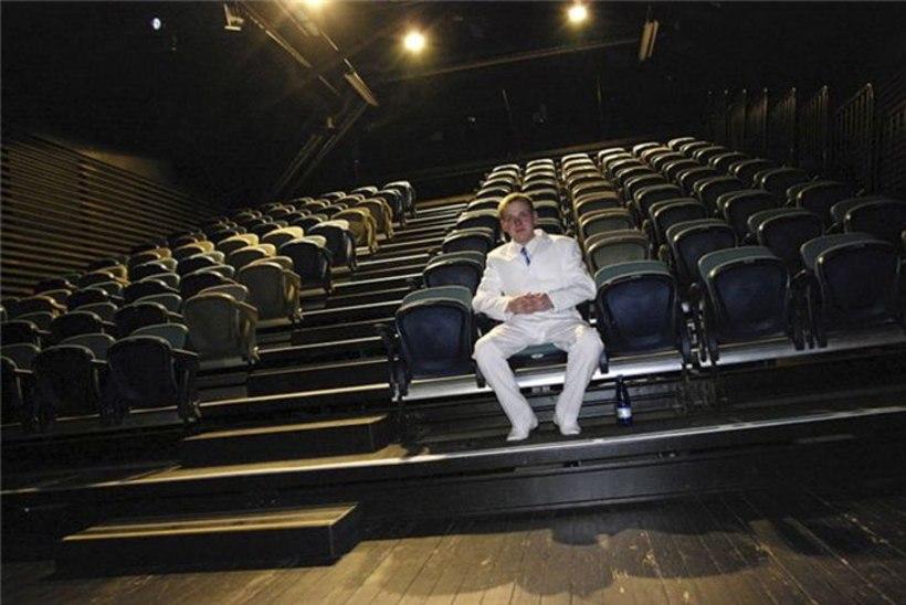 Üksi teatrisaalis: riietusin valgesse, et näitlejad mind näeksid