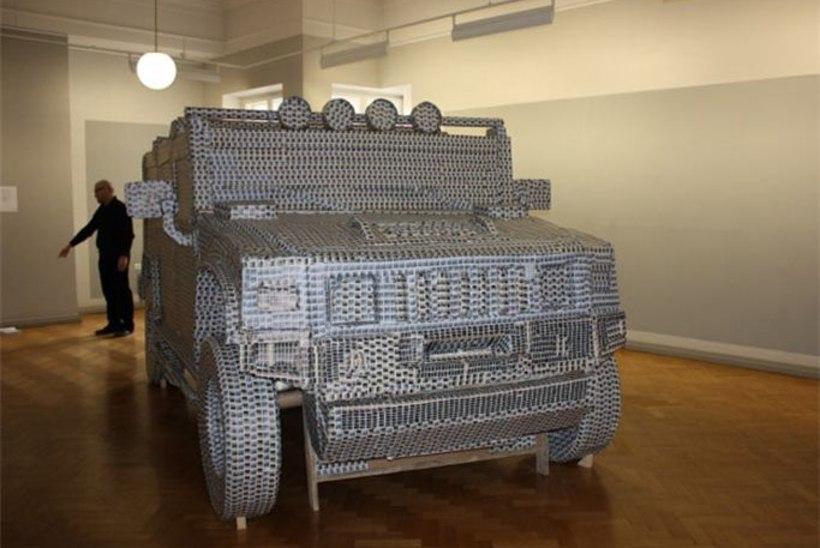 Toompea Lossi kunstisaalis seisab postmarkidega kaetud Hummer