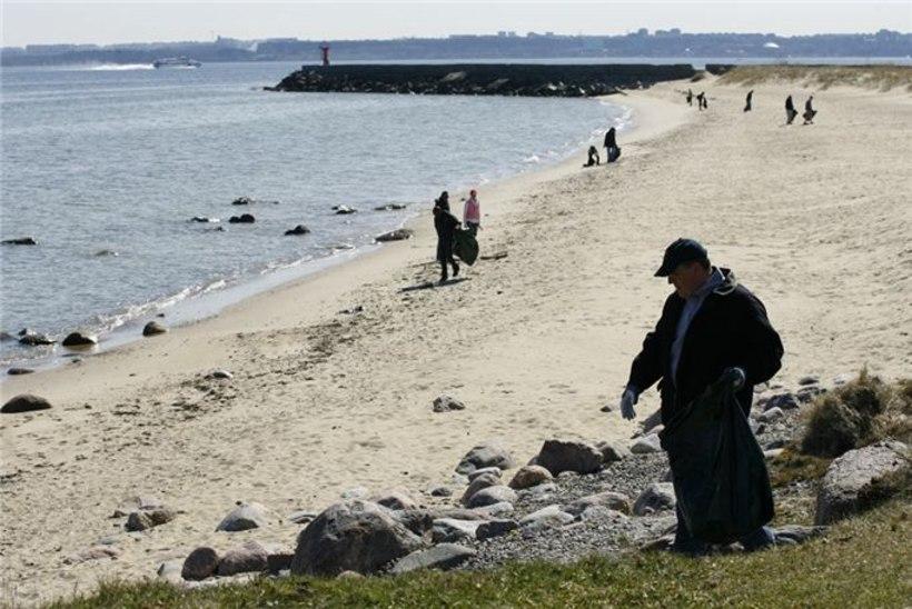 GALERII: USA saatkonnatöötajad aitasid Pikakari randa koristada