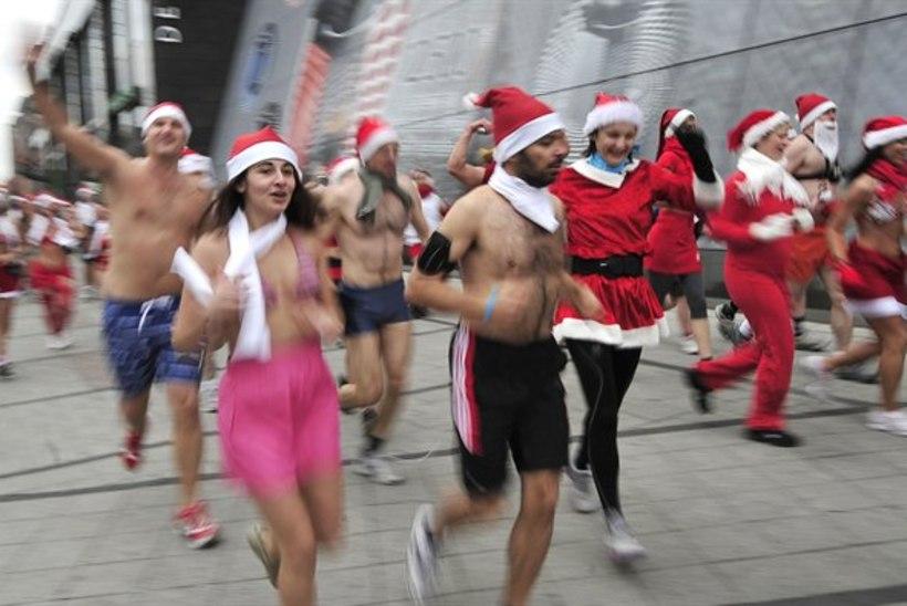 Jõuluvanad lippasid tänaval poolpaljalt