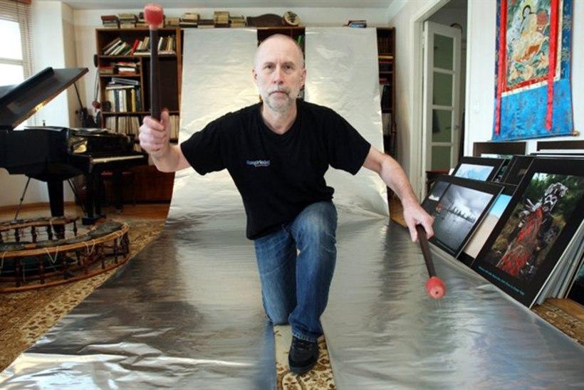 Helilooja Peeter Vähi ehitas ehitusfooliumist ülipikad pillid