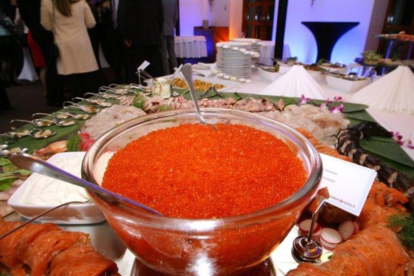 GALERII: Viru hotelli juubelil voolas šampus ojadena ja kalamarja söödi kausist!