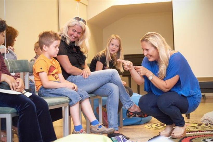 Ooperilaulja Annely Peebo lõbustas haigeid lapsi