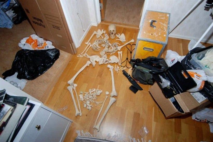 Rootsis oma kodus skeletiga seksinud naine anti kohtu alla