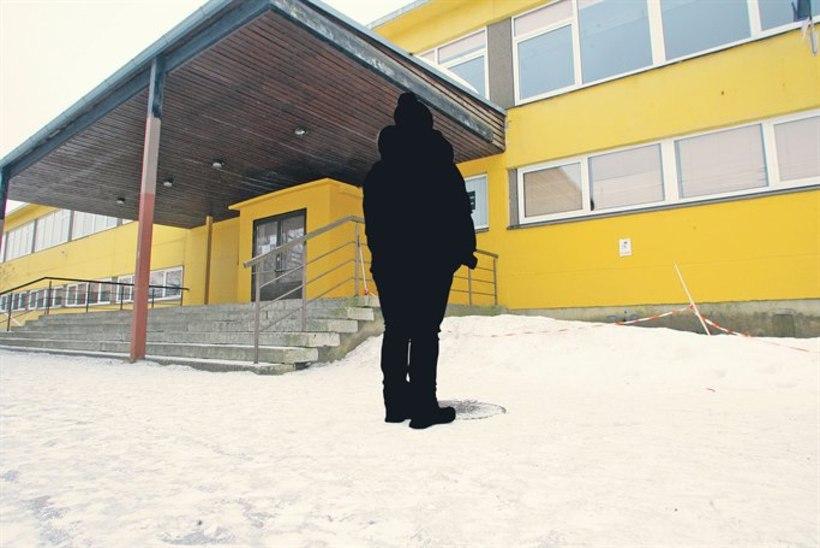 Õpetaja, kes õpilaste löömises süüdistatuna vallandati, nõuab kohtus töökohta tagasi