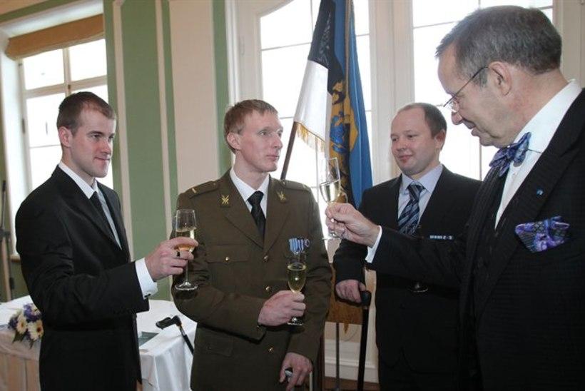 VIDEOUUDIS: jäseme kaotanud sõdurid said ordenitseremoonial suurte ovatsioonide osaliseks.