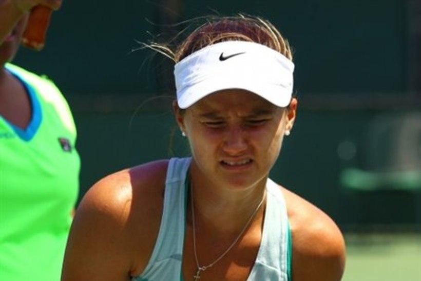 FOTOD: tige herilane sutsas tennisepiigat otse kannikasse