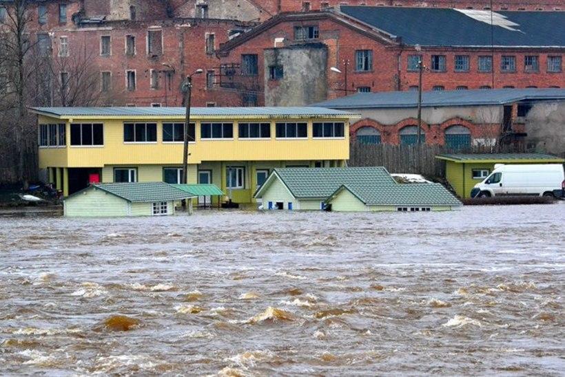 FOTOD: jääminek ajas Pärnu jõe üle kallaste
