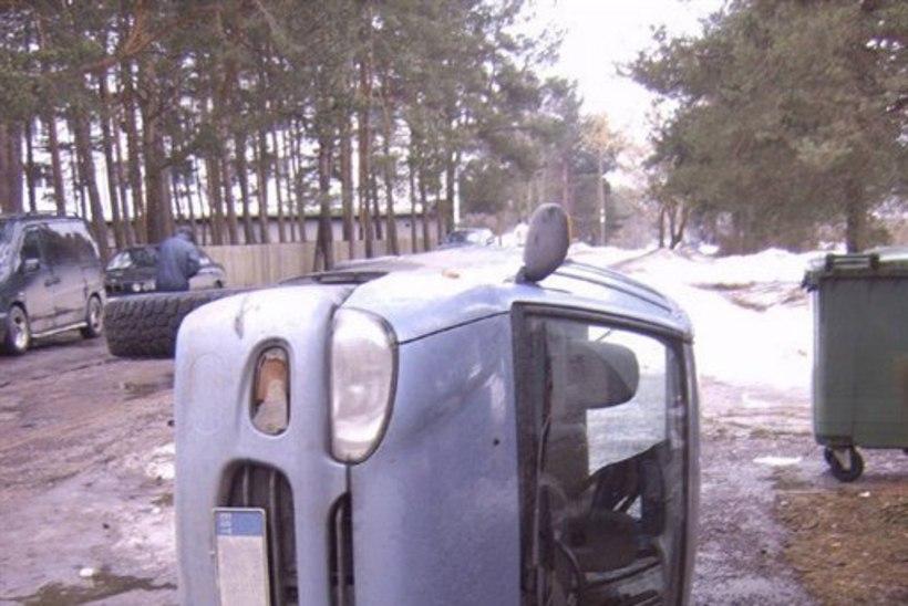 Rahutu öö Nõmmel – kanged mehed lõhkusid 12 autot ja keerasid ühe külili