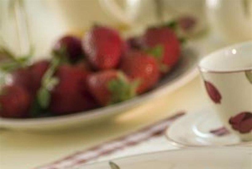 Pannkoogid kohupiima ja rabarberi-maasikakeedisega