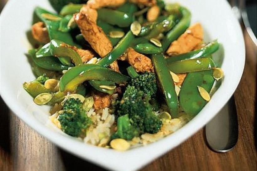 Rohelise köögivilja wok kanaga