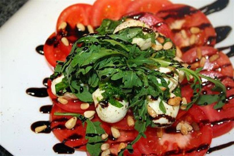 Tomati mozzarella salat basiiliku-oliivõli kastmega