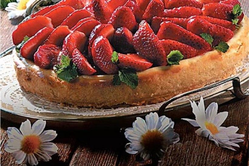 Küpsetatud juustutort maasikatega