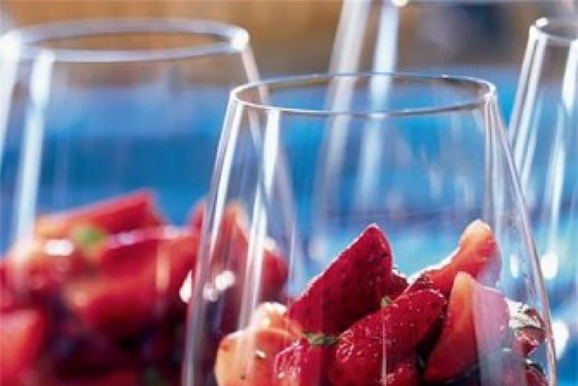 Maasikad palsamiäädikakastmes