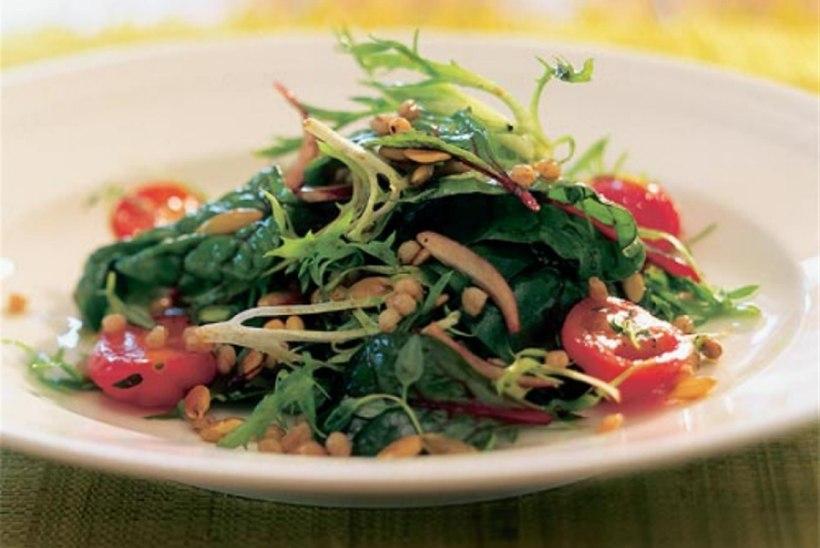 Salat speltatangu ja kõrvitsaseemnetega