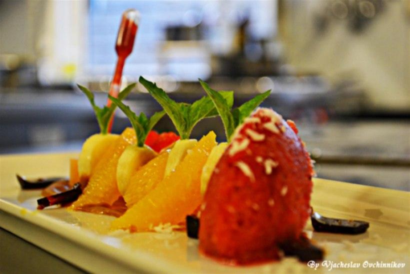 Puuviljasalat maasika sorbeega