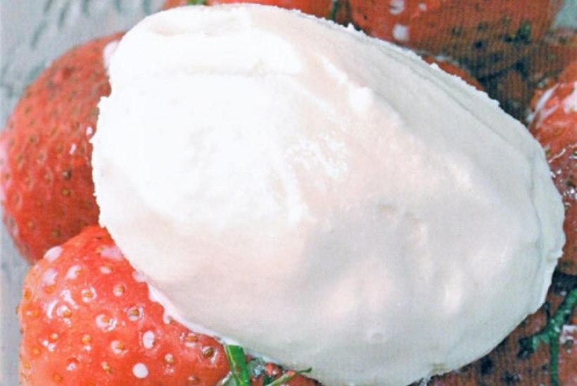 Maasikad roseepipra ja vanillijäätisega
