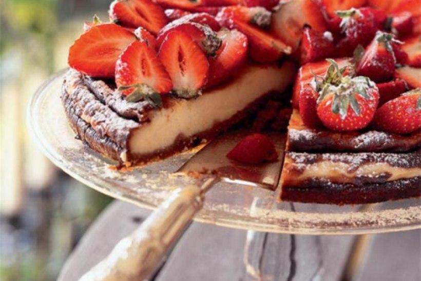 Valge šokolaadi ja maasikatega juustukook