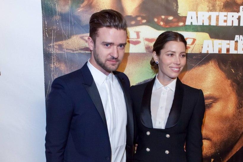 Timberlake'i püksid naise jalas