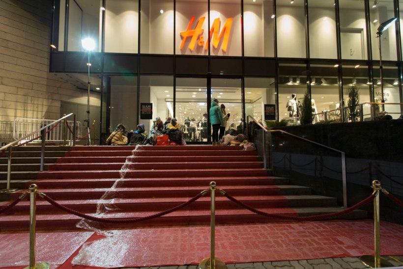 FOTOD: ostuhoolikud ootavad pikisilmi H&Mi avamist