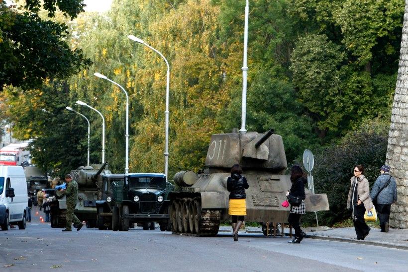 VIDEO JA FOTOD: Toompeal veerevad tankid