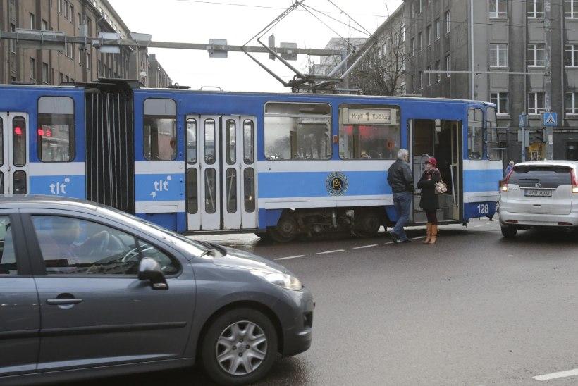 FOTOD: Tallinnas põrkasid kokku tramm ja sõiduauto