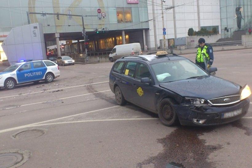 Tallinnas põrkasid taksod kokku, üks taksojuht oli purjus