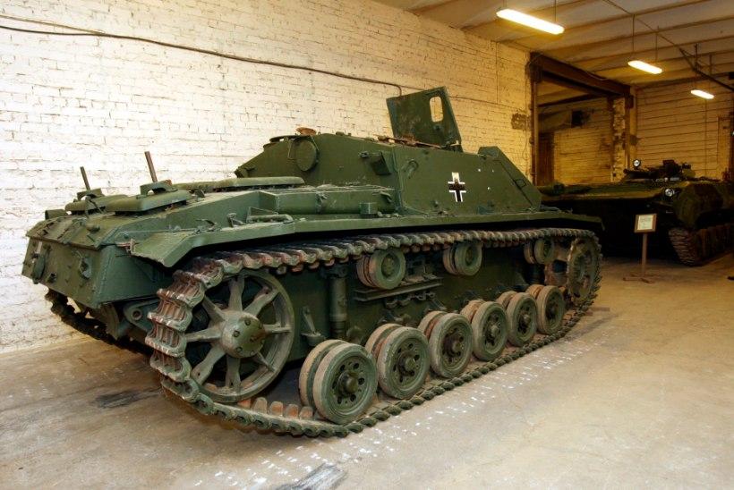 VIDEO: nii juhtub, kui kraanaga tanki tõsta!