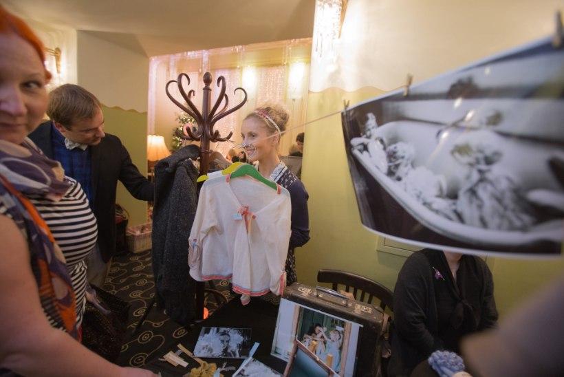 Draamateatri Jõulusahvrist sai osta näitlejate tehtud küpsetisi ja riideid