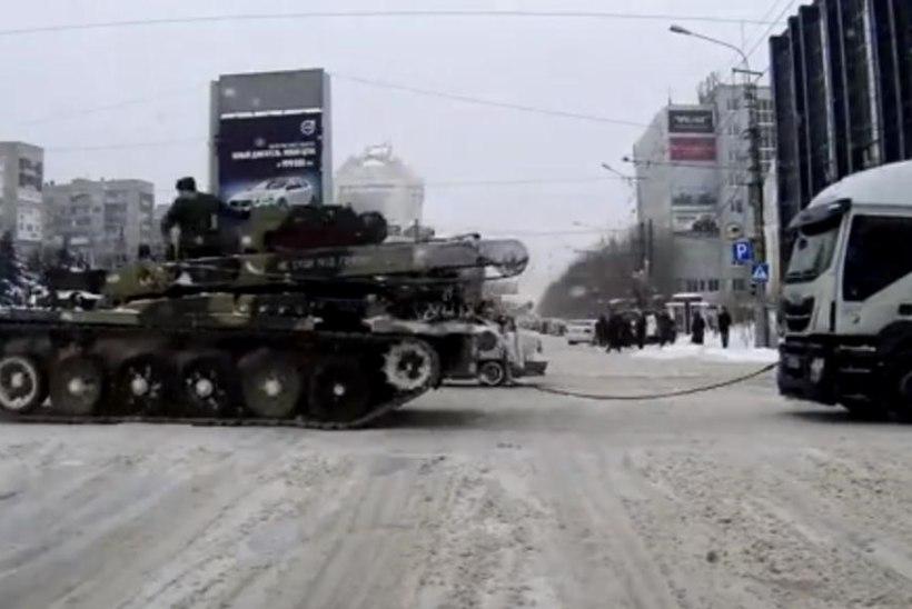 VIDEO: Venemaal pukseeriti rekkat soomukiga