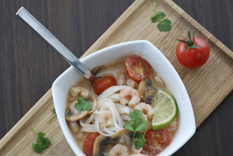 Taipärane kookospiimasupp krevettide ja riisinuudlitega