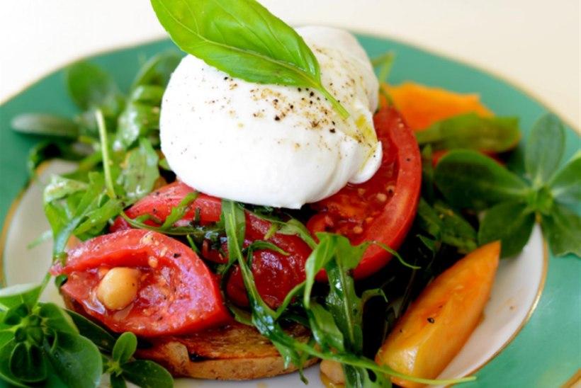Mozzarella-tomatisalat krõbedal saial