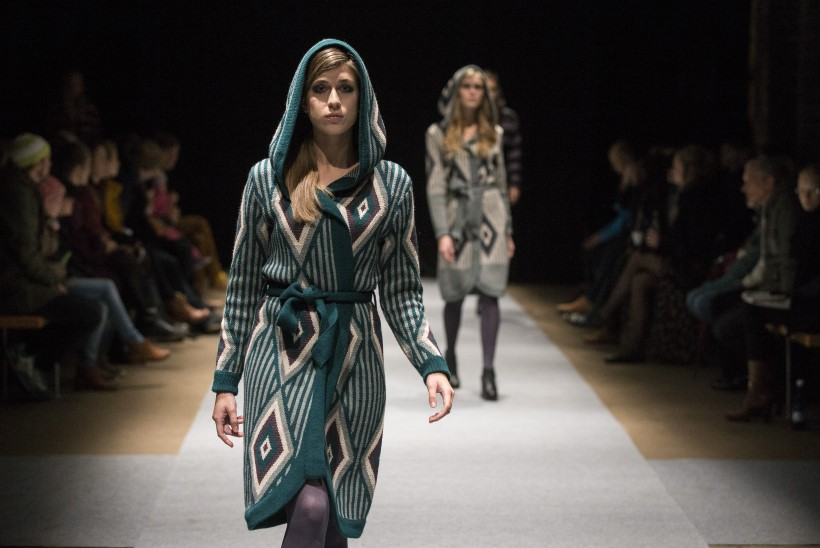 MOEETENDUS: mustrilised kudumid ja langevarjuriidest kleidid