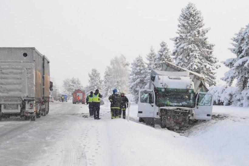 FOTOD: Libedus põhjustas Tallinna-Narva maanteel kaks liiklusõnnetust
