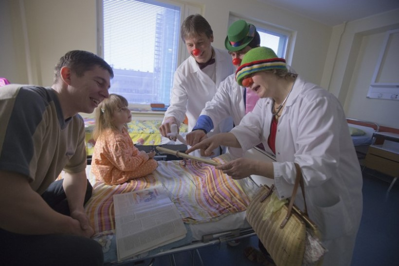 """""""Hookus-pookus, koogelmoogel!"""" ehk Kuidas Doktor Klounid naeruga lapsi ravivad"""