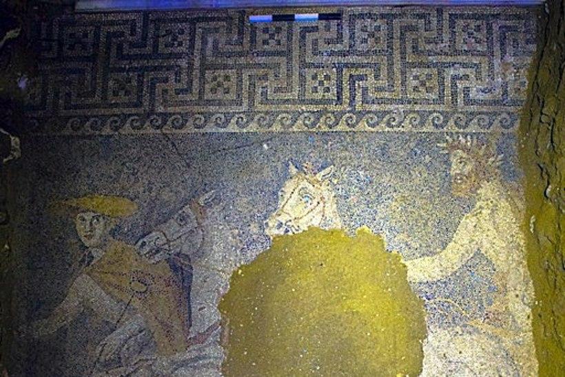 FOTOD: Kreeka suurimast muistsest matmispaigast leiti kaunis mosaiik