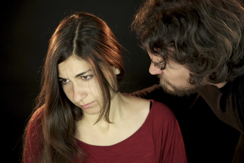 Kui mees lööb naist: 6 taktikat, millega partnerit kontrollitakse