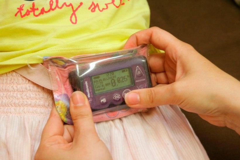 Kaheaastane tüdruk saab lastefondi toel kalli insuliinipumba