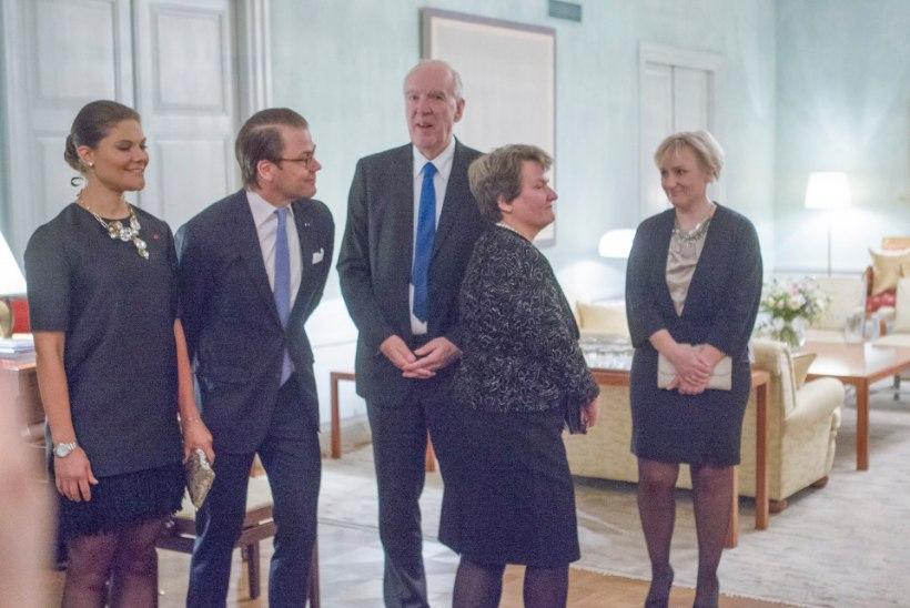 GALERII: Rootsi kroonprintsess Victoria, tema abikaasa Daniel ja külalised Rootsi saatkonnas pidulikul õhtusöögil
