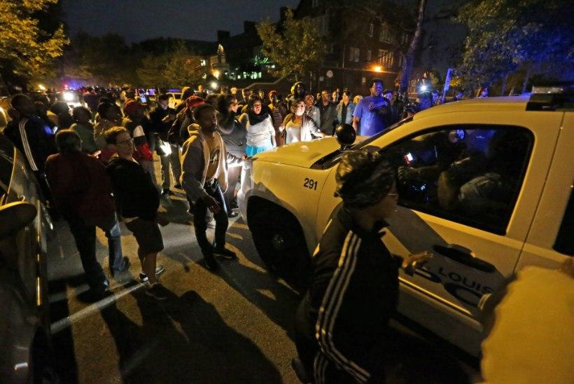 RAHVAS MÄSSAB TAAS: USA politsei lasi Fergusonis maha juba teise mustanahalise noormehe