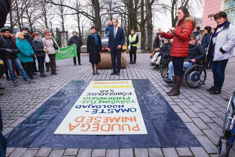 Erivajadustega inimesed tõid teerulli: nii sõidetakse Toompeal pooliku reformiga neist üle