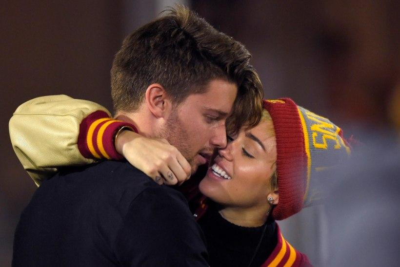 FOTOD! Uus kuum paar? Miley suudles jalgpallimängu ajal Schwarzeneggeri poega!