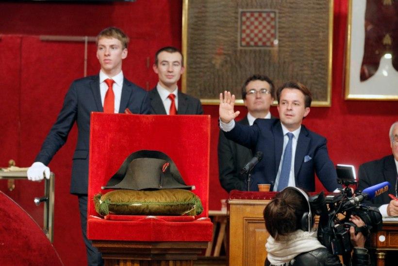 VIDEO JA GALERII I KALLIS PEAKATE: Napoleoni müts leidis 1,8 miljoni euroga uue omaniku