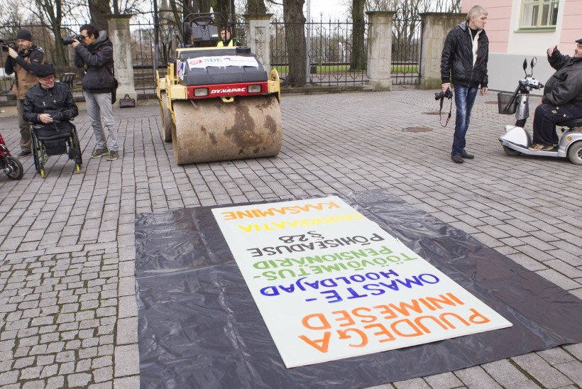 Riigikogu ette meeleavalduseks kaasa võetud teerull trahvi ei toonud
