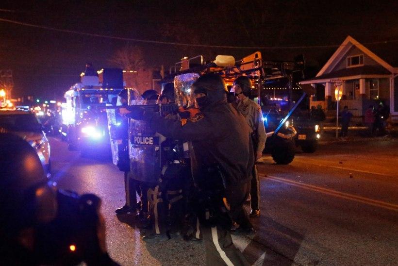 Fergusoni kohus ei süüdista politseinikku mustanahalise nooruki surmas, rahvas tuli taas tänavatele